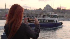 年轻女人在伊斯坦布尔射击汽船航行过去 影视素材