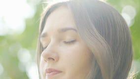 年轻女人在打开的眼睛附近转动,从梦想不快乐女性室外醒 股票视频