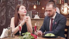 年轻女人在日期得到乏味并且开始与她的男朋友争论 股票录像