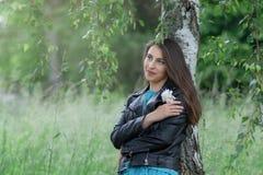 年轻女人在桦树树丛里 库存照片