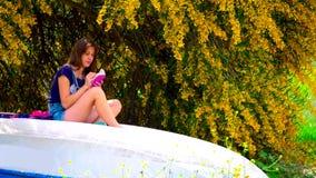 年轻女人坐小船 影视素材