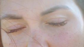 年轻女人微笑与红色头发的,风打击的接近的画象,看在背景的黎明  股票视频