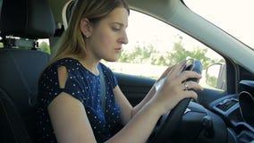 年轻女人慢动作录影得到了丢失,当驾驶在乡下路时的一辆汽车 使用纸地图的司机发现 影视素材