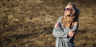 年轻女人接近的秀丽画象有美好的构成的 免版税库存图片