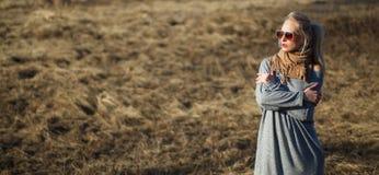 年轻女人接近的秀丽画象有美好的构成的 图库摄影