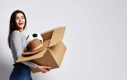 年轻女人有事的藏品箱子 库存照片