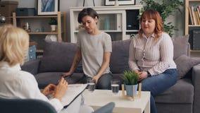 年轻女人朋友谈话与心理学家谈论问题在关系 影视素材