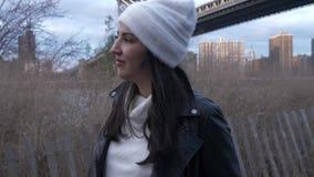 年轻女人沿哈得逊河走在布鲁克林大桥纽约 影视素材