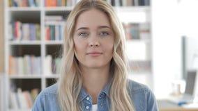 年轻女人画象在办公室 股票录像