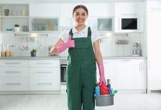 年轻女人画象有洗涤剂水池的  r 库存图片