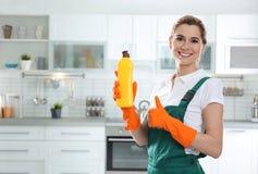 年轻女人画象有瓶的洗涤剂 r 免版税图库摄影