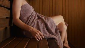 年轻女人的其余蒸汽浴的 股票视频