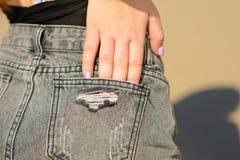 年轻女人的射击在好日子后边在破旧的出口牛仔裤 图库摄影