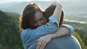 年轻女人的慢动作轻轻地拥抱她的男朋友在日落 股票视频