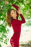 年轻女人的美好的笑容 室外纵向 库存图片