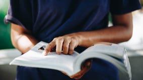 年轻女人看书的关闭,教育概念 库存照片