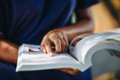 年轻女人看书的关闭,教育概念 免版税库存照片
