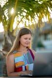 年轻女人研究计算机 免版税库存图片