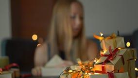 年轻女人组装礼物 她对做许多礼物是疲乏在大假日之前 疲倦的概念从 影视素材