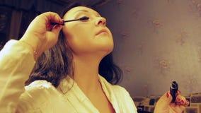 年轻女人绘有染睫毛油的睫毛 平均计划 影视素材
