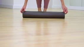年轻女人脚看法进入健身房,在慢动作的展开的席子的 影视素材