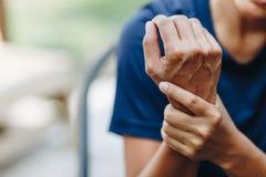 年轻女人腕子痛苦的关闭 免版税库存图片