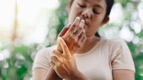 年轻女人腕子痛苦的关闭 免版税库存照片