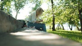 年轻女人艺术家绘画在城市公园 股票视频