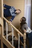 年轻女人装饰台阶和笑 免版税库存照片