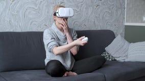 年轻女人观看的录影或使用与在头的VR玻璃 股票录像