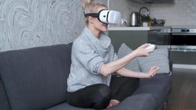 年轻女人观看的录影或使用与在头的VR玻璃 股票视频