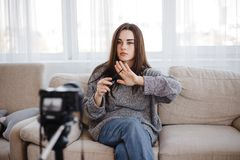 年轻女人记录新的录影的秀丽博客作者 免版税库存图片