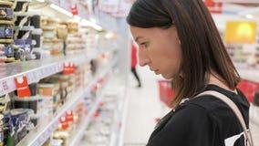 年轻女人购物的健康食品在超级市场 o 股票视频