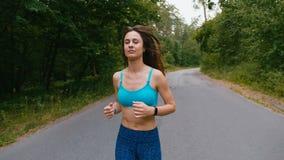 年轻女人赛跑者训练在夏天公园 健身女孩跑步室外 早晨连续概念 股票视频