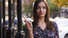 年轻女人通过摇头没有说,并且摇摆她的手指,拒绝姿态,不同意标志 情感面孔表示 股票视频