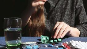 年轻女人采取医学、药物、医疗保健和憔悴概念 股票录像