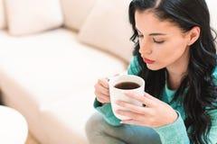 年轻女人饮用的咖啡 库存图片