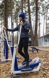 年轻女人,在体育similator的锻炼,自然,秋天,生活方式,森林 库存照片