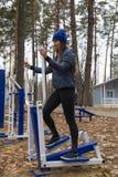 年轻女人,在体育similator的锻炼,自然,秋天,生活方式,森林 库存图片