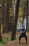 年轻女人,锻炼,自然,秋天,生活方式,森林 库存照片