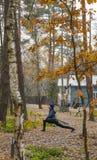 年轻女人,锻炼,自然,秋天,生活方式,森林 免版税图库摄影