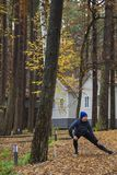 年轻女人,锻炼,自然,秋天,生活方式,森林 库存图片