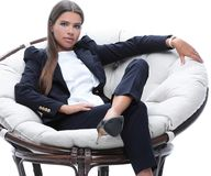 年轻女商人在一把圆的椅子放松 库存图片