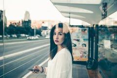 年轻女商人在城市 免版税图库摄影