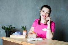 年轻女实业家在办公室 电话联系 免版税库存照片