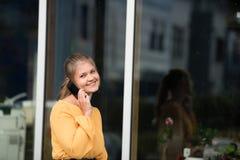 年轻女实业家谈话在手机 库存图片
