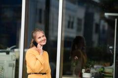年轻女实业家谈话在手机 免版税库存图片