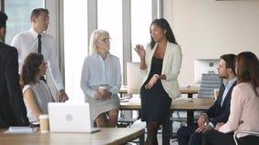 年轻女性亚洲教练谈话与雇员在办公室训练 股票录像