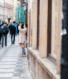 年轻女性亚裔游人拍照片,观光在布拉格,捷克-复活节假日 免版税库存照片