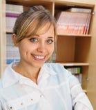 年轻女性医生Sitting在医院 免版税库存照片